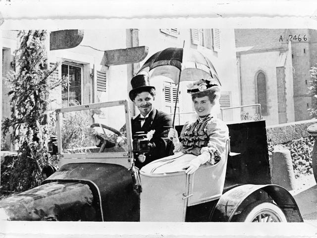 La aventura familiar – 1905, una pareja en uno de los primeros automóviles Peugeot