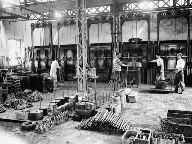 La aventura familiar – 1912, trabajadores en la fábrica de Sochaux