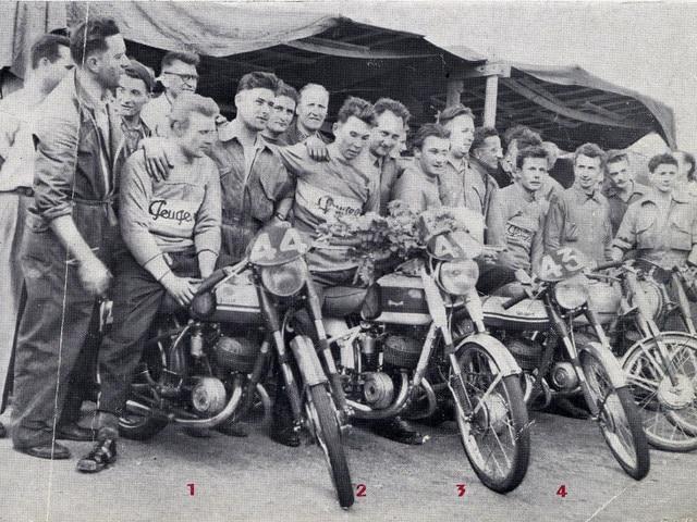 Bicicletas y motos – 1952, celebrando la victoria de la moto P176