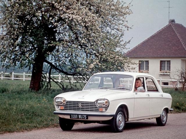 Dos siglos de innovación – 1965, mujer al volante de un Peugeot 204 blanco